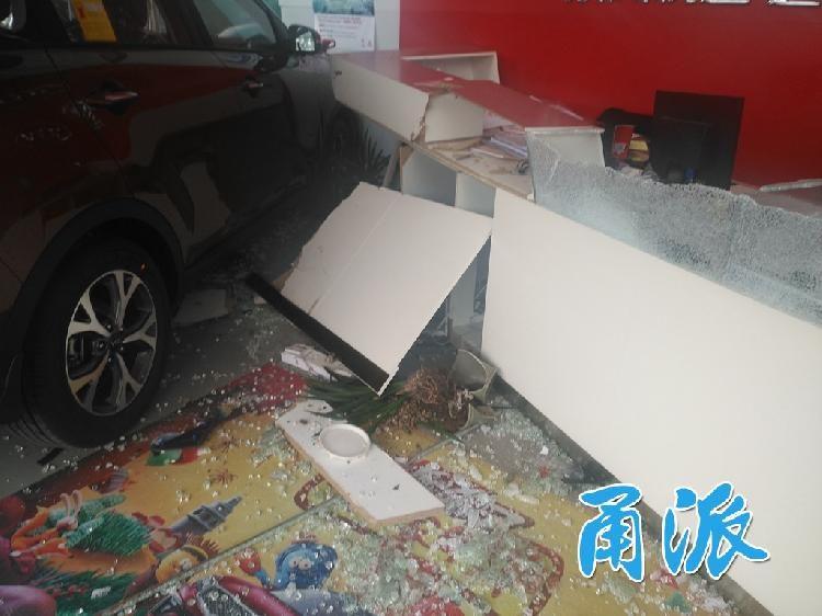 剛交車馬上變事故車,女子誤踩油門把展售中心撞爛,她:右邊不是剎車?