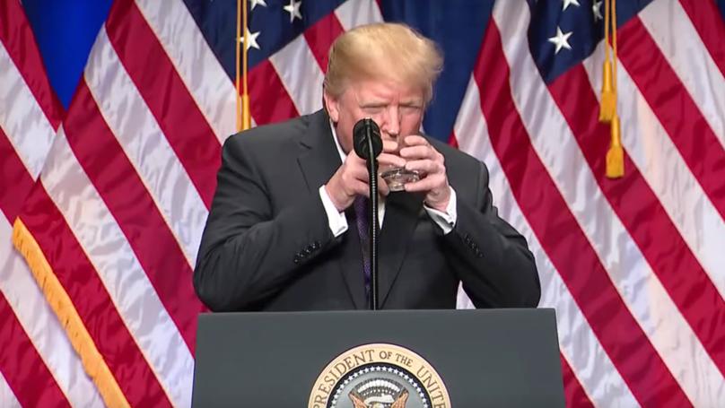 川普演講時像小baby一樣雙手握著杯杯喝水水,專家:已具有所有症狀 (影片)