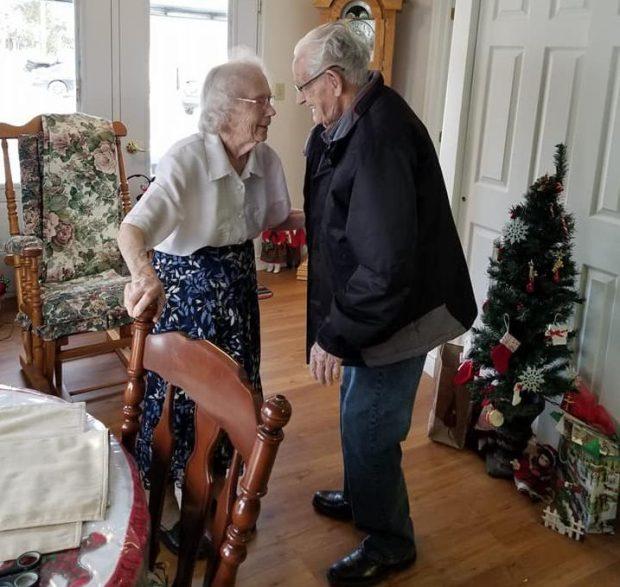 相處73年老夫妻被迫要被拆散,兩人哭著吻別…