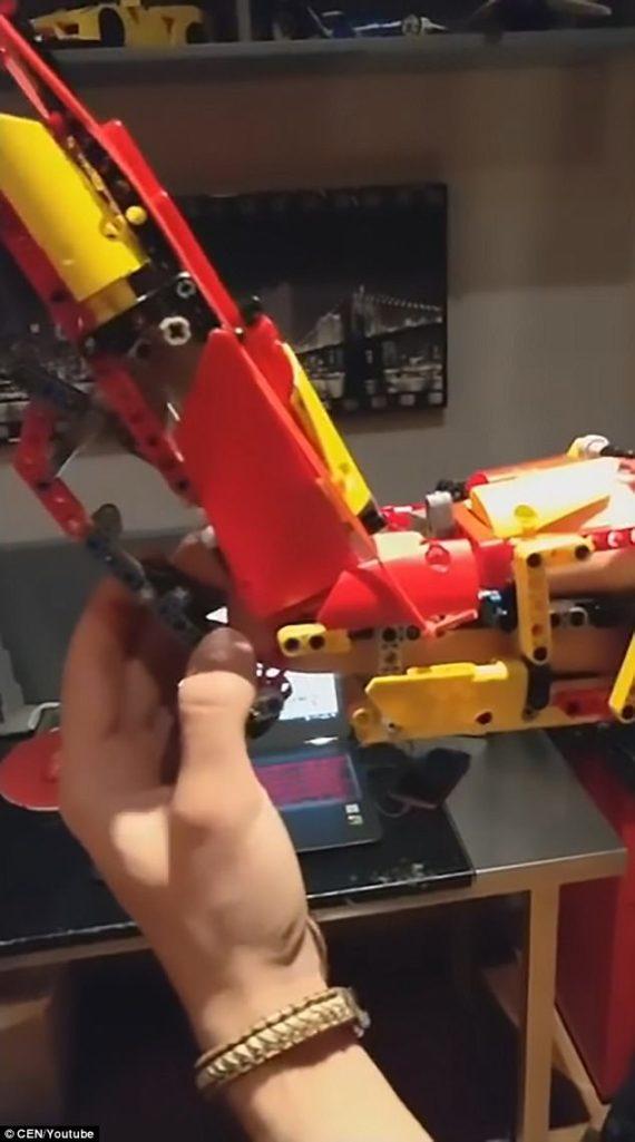鋼鐵人4ni!18歲斷臂少年「用樂高自製機械義肢」能完美活動,釣出樂高公司親自回應!(影片)