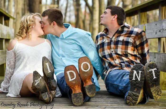 情侶邀請伴郎入鏡婚紗照,不小心讓他變成「世界最閃」電燈泡! (7張)