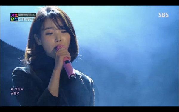 SBS歌謠大戰IU開場獻聲出現鐘鉉黑白照:「你辛苦了」全場淚崩…
