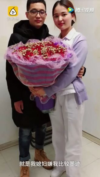 史上最短求婚!他捧鮮花單膝下跪求婚,護理師女友忙爆擔心病患「一萬個願意十萬個願意,別耽誤了!」(影片)