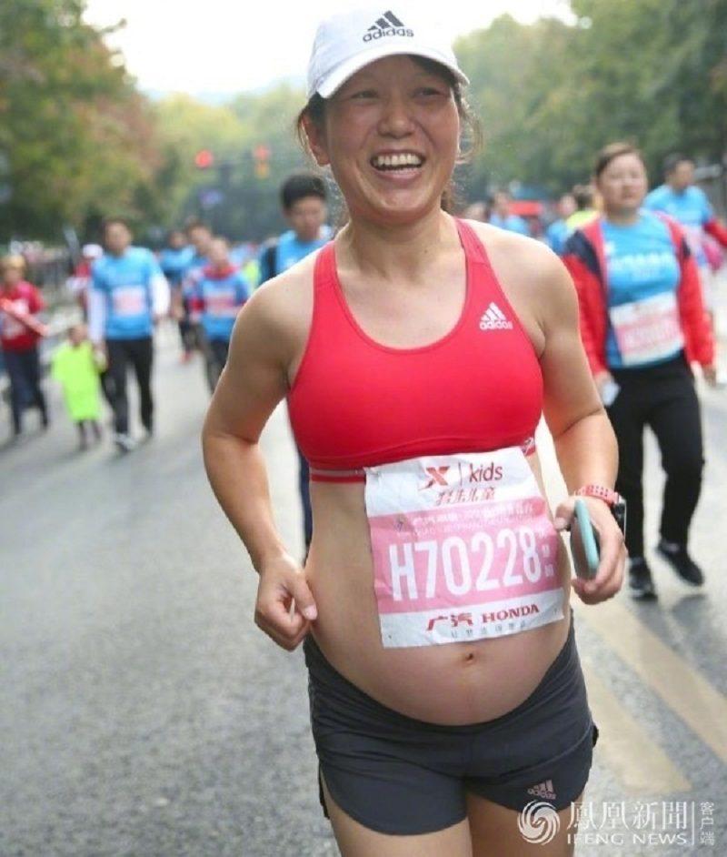 35歲孕媽挺「5月大肚」跑2km馬拉松,「陽光健康形象」網路爆紅!網友擔心但打破懷孕觀念