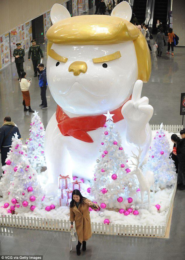中國慶祝2018狗年設置「巨大白狗雕像」!「招牌金髮+經典手勢」看起來好眼熟...