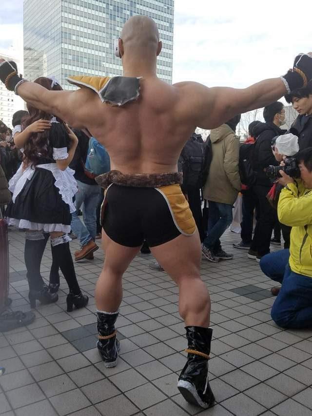 日本同人誌即賣會驚現完整版《七龍珠》「筋肉爆裂拿帕」!去年他cos《快打旋風》角色也超狂!