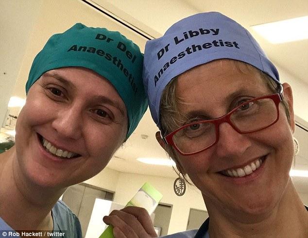 半年前他笨笨在手術帽上「掛名牌」,現在已成全球手術室傳統「拯救千萬性命」!他:以前會誤讓實習生開刀