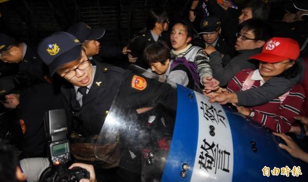 台灣重回威權時代?反對勞基法修惡大遊行失控「律師遭強行帶走」!黃國昌:以為只有國民黨幹得出來