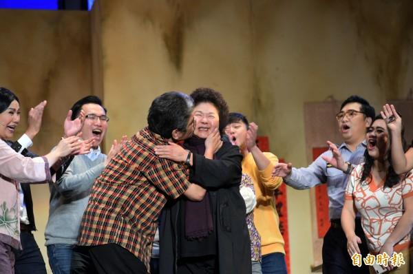 霸氣市長陳菊→羞澀花媽,帶領高雄7年「當眾被強初吻」隨扈在旁邊汗尿挫一地!