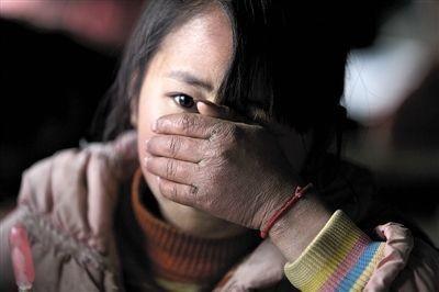 6歲女童坐在家裡「突然被綁架走」,幾日後找到「下體插著24cm木棍」陳屍路旁...村民不願意再隱忍!