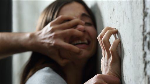 「10個人還是1個人」黑道繼父逼20歲繼女「用身體換喬事費」,噁爛告白「要不是因為妳媽...」