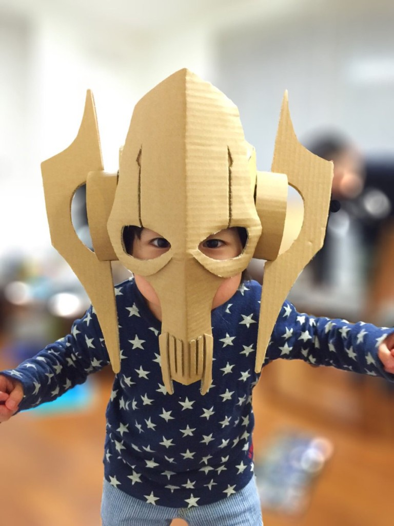 老爸打造超狂「紙箱頭盔」 兒子戴去學校「龍嘴一張」同學全跪了!