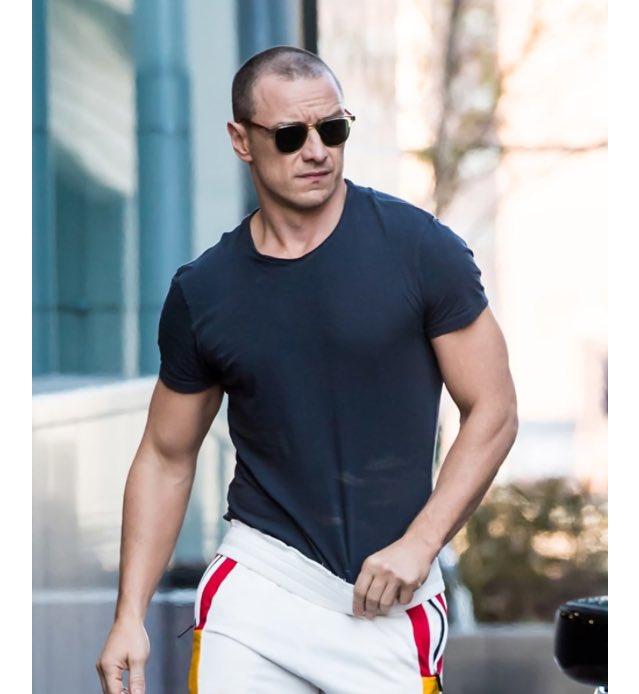 詹姆斯麥艾維甩紳士形象成「超猛肌肉男」,「二頭肌+胸肌」撐爆T恤成焦點!