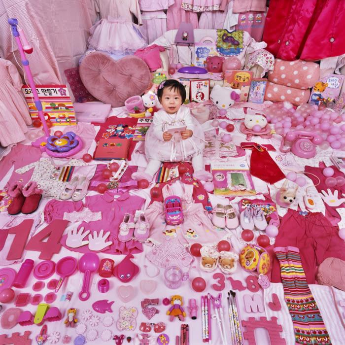 攝影師走訪各地拍攝「男孩&女孩玩具照」,讓全世界看到社會人類通病!(12張)