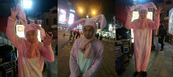 影帝夏靖庭「在西門町街頭落魄發傳單」眼神死,穿粉紅兔子裝「辛苦求生活」明星光環全黑了!