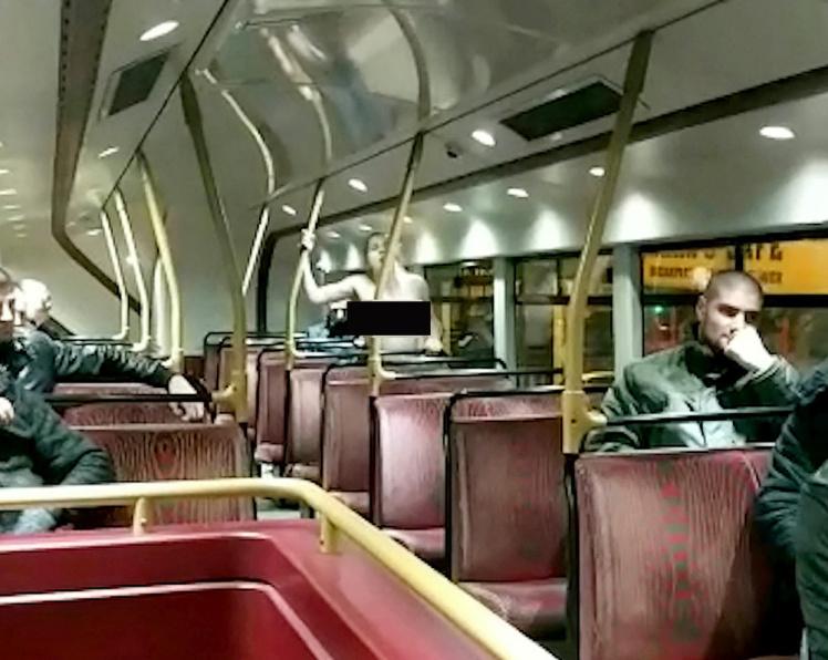 雙層巴士變野戰場!超飢渴情侶大膽「巴士愛愛」,還跟旁人打招呼! (影片)