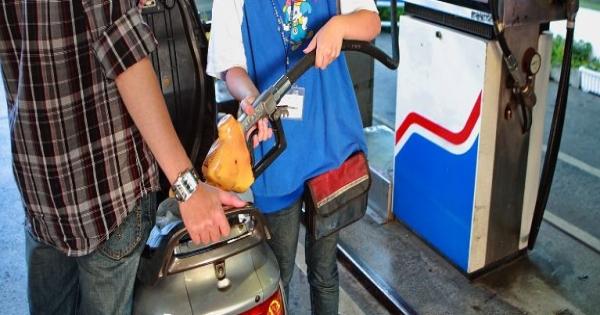 看著油錶加到跳槍...奧客伸手比「5」:我只要加5塊捏!女員工自掏腰包賠錢不能怪別人!