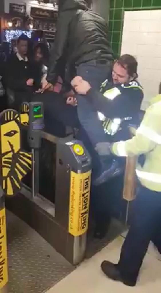 為了省地鐵票錢男子跳躍夾門失足,「小GG卡到」慘痛大叫求救!網友:塗點奶油拯救他 (影片)