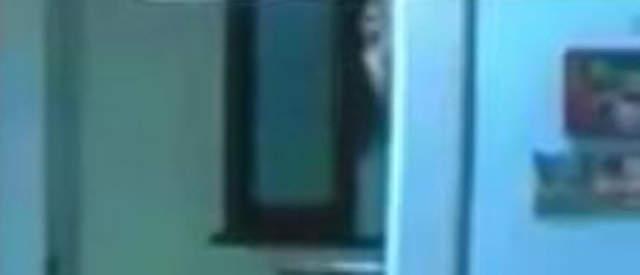 綜藝節目突擊女星家,眼尖網友驚見「蒼白人臉盯著鏡頭」超詭異!網友:是過勞死的?(影片)