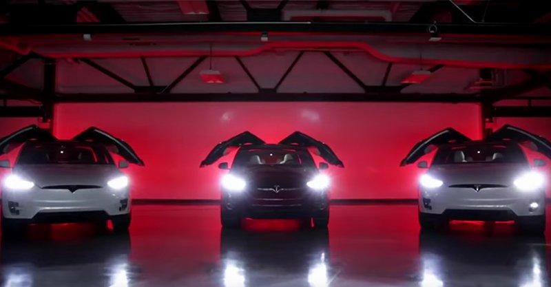 車會跳舞!Tesla電動車偷推出「節日彩蛋」功能,業務員站家門口問:「要看表演嗎?」鄰居羨慕死!(影片)