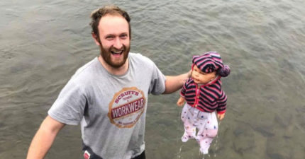 男子驚見湖上浮著「紅衣嬰兒」馬上跳湖救援,冒險跳進寒冷河中...結果救到後發現是假娃娃...