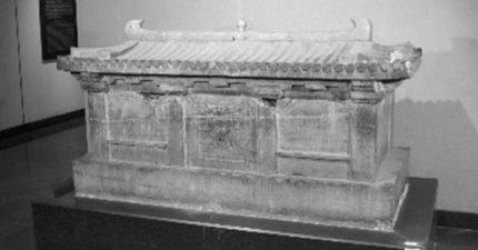 考古驚見9歲女童擁有「帝王級古墓」,石棺上「神秘4字詛咒」讓專家都不敢輕易開啟