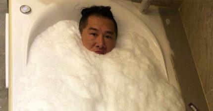 館長洗泡泡浴「下面兩坨肉色物」意外吸睛,網友掀起P圖大戰讓他變色片男主角!本尊:「這啥小」