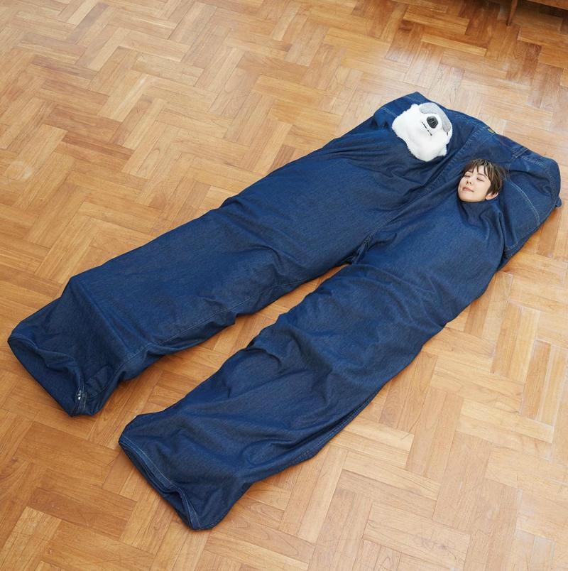 日本推出「巨型牛仔褲雙人睡袋」,剛剛好的「曖昧距離」情侶必備!