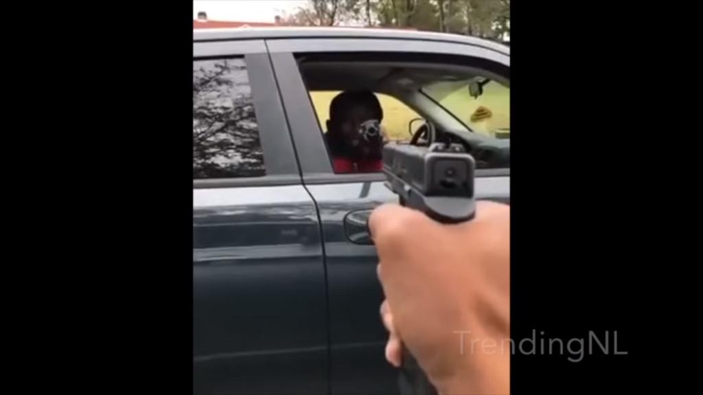 新的屁孩挑戰遊戲!國外盛行沒理由「隨意對人舉槍」...門一開一把機關槍對著臉!