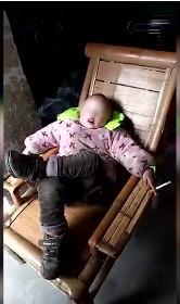 才學會跑就翹二郎腿哈菸!4歲男童「熟練吐菸圈、嚼檳榔」爺奶錄影大笑,他菸齡2年認「戒不掉,成癮了」!