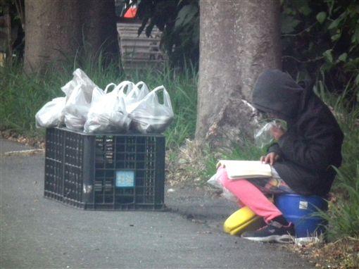 女童寒風坐路邊「邊念書邊賣地瓜」幫單親媽,「賣出就很高興」網友心疼揪團買!