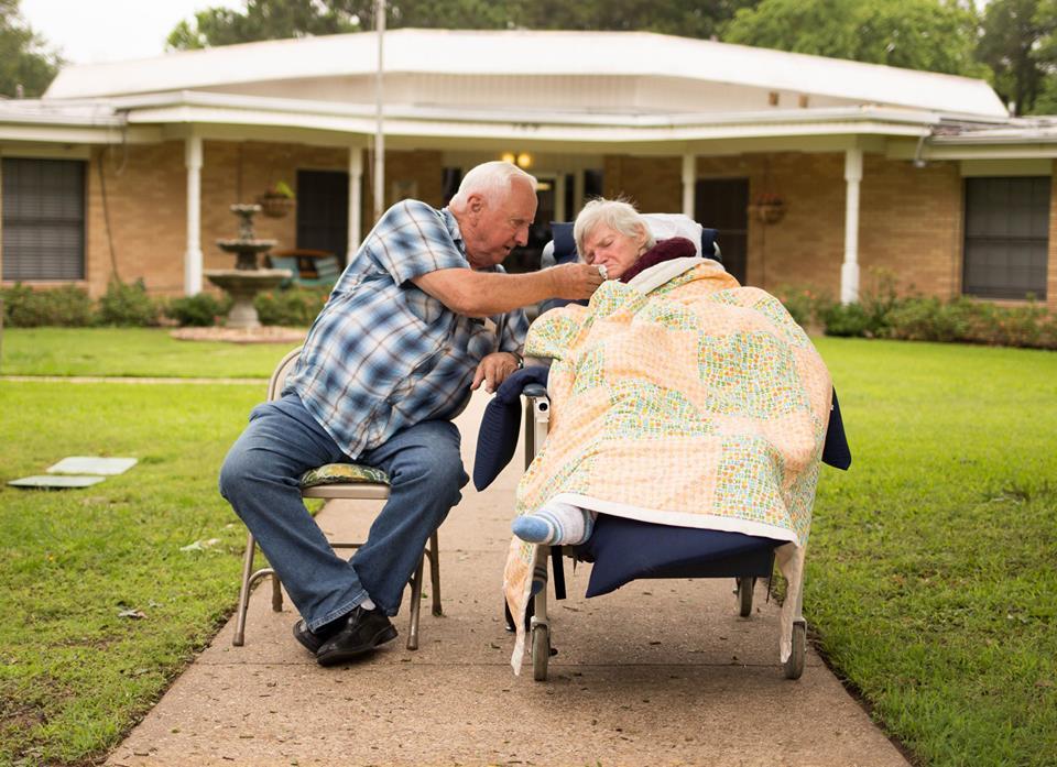 直到妻子到另一個世界之前,丈夫一直陪著她每天「在路邊揮手」!他:我不是好丈夫