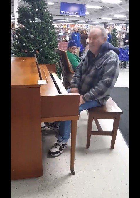 穿著輕便老先生突然在鋼琴前坐下來,下一秒獻上「最溫暖動人的禮物」老闆邊流淚邊拍 (是真的)