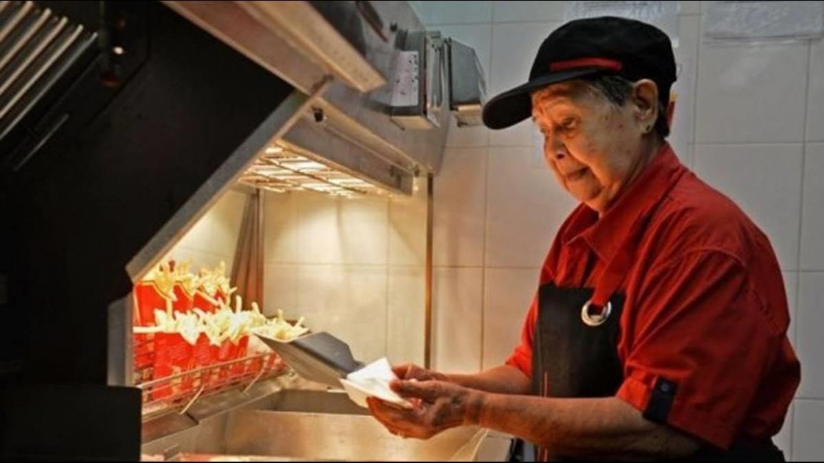 90歲阿嬤級麥當勞員工!「70歲應徵」不靠子女 工作到人生最後一刻