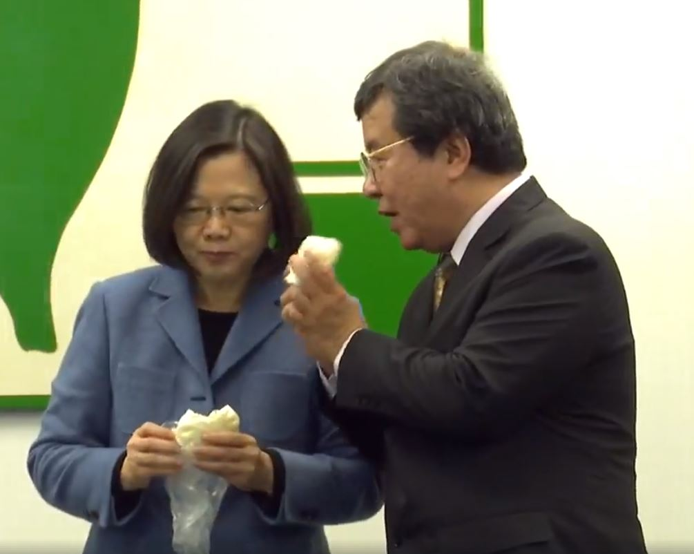 「最嫩菜鳥都有48K」蔡英文超嗨咬下阿振肉包大讚老闆力挺政策,直誇:多這味就是不一樣!