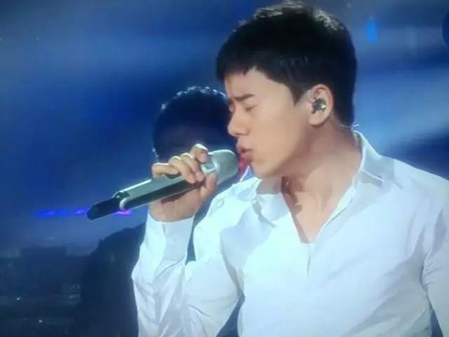 歌手為何在台上都要「拔掉一邊耳機」?除了耍帥之外更是「為了粉絲的耳朵著想!」