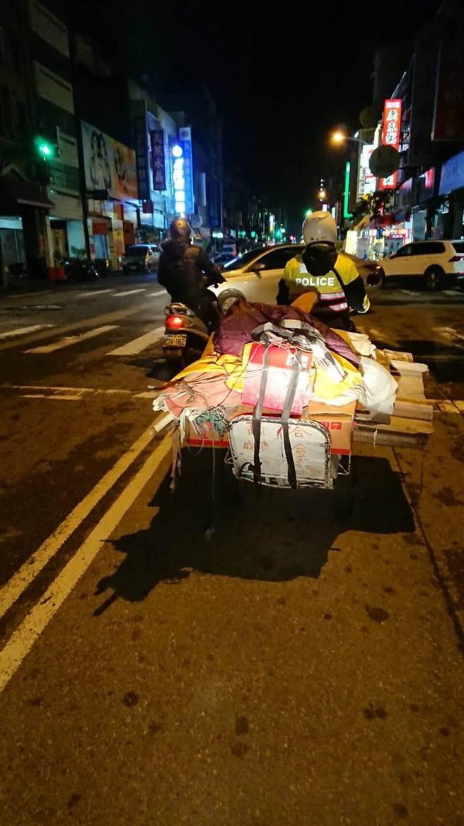 90歲老爺爺為了養「他們」撿拾回收,寒流來襲冷到「腳麻」癱坐路邊...警察、熱心民眾暖舉被推爆!