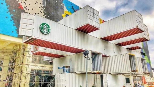 文青純白「貨櫃屋星巴克」即將在花蓮開幕,占地「390坪」未完工但超猛外型已經讓星粉HIGH了!