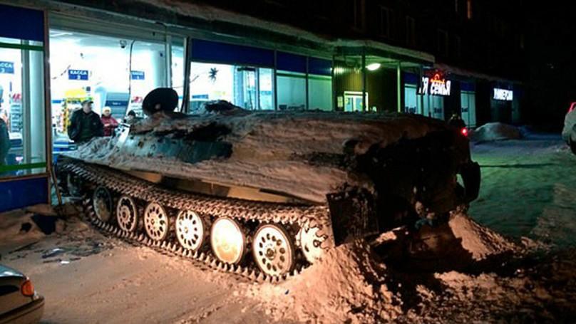戰鬥民族94狂!俄羅斯醉男酒不夠喝,「怒偷坦克撞超市」偷幾瓶酒繼續喝!