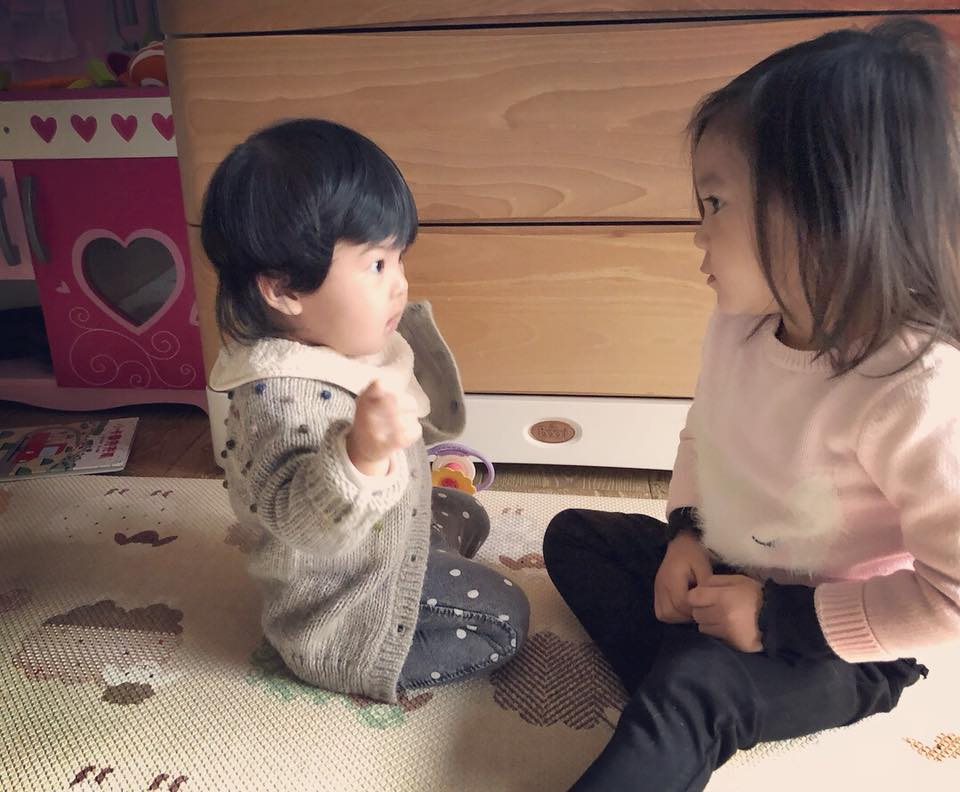 Bo妞早晨瘋狂爆哭,咘咘貼心給抱抱「想讓爸爸休息」卻慘遭打臉...無奈讓出前世情人!(影片)