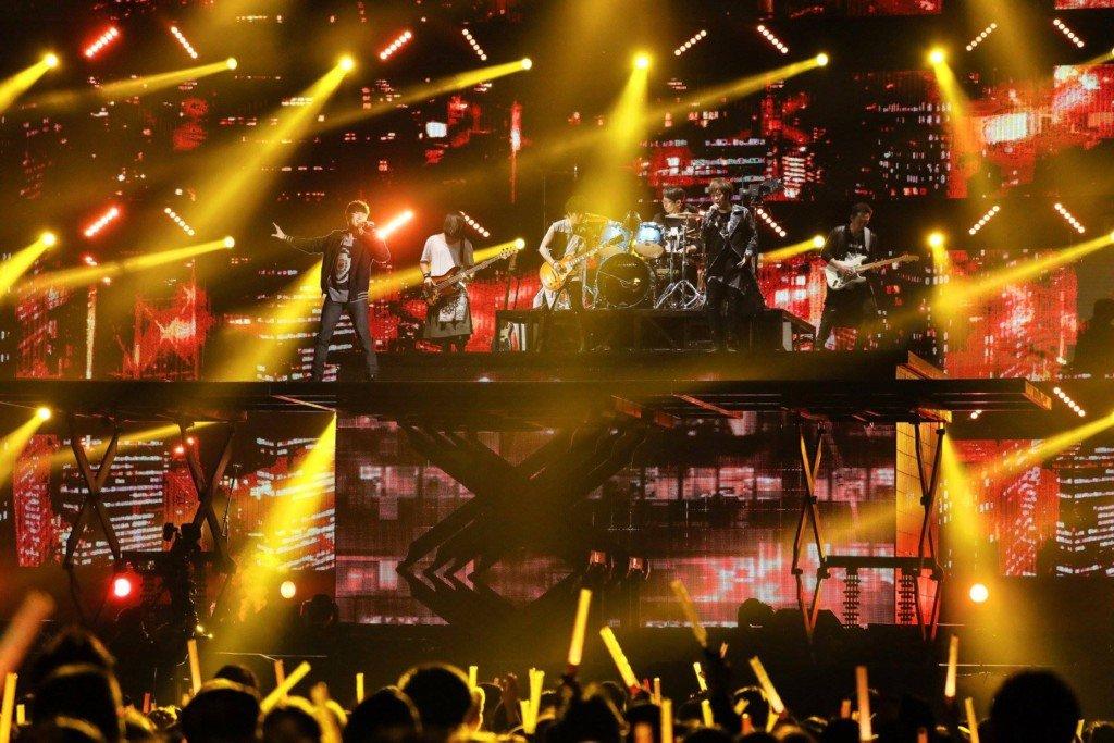 林俊傑元旦當「限定版六月天」,合體五月天飆唱《黑暗騎士》歌迷等5年直呼賺到!