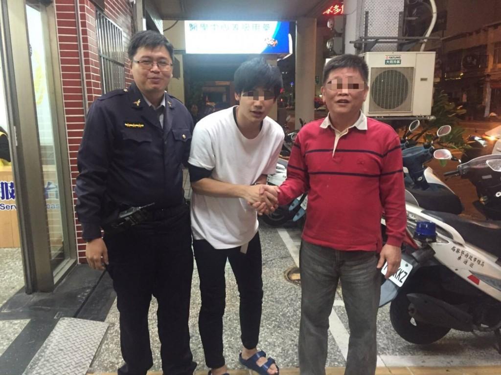 日男高雄「手機掉計程車上」警局求助,小黃司機急送回「淚眼土下座」道謝!