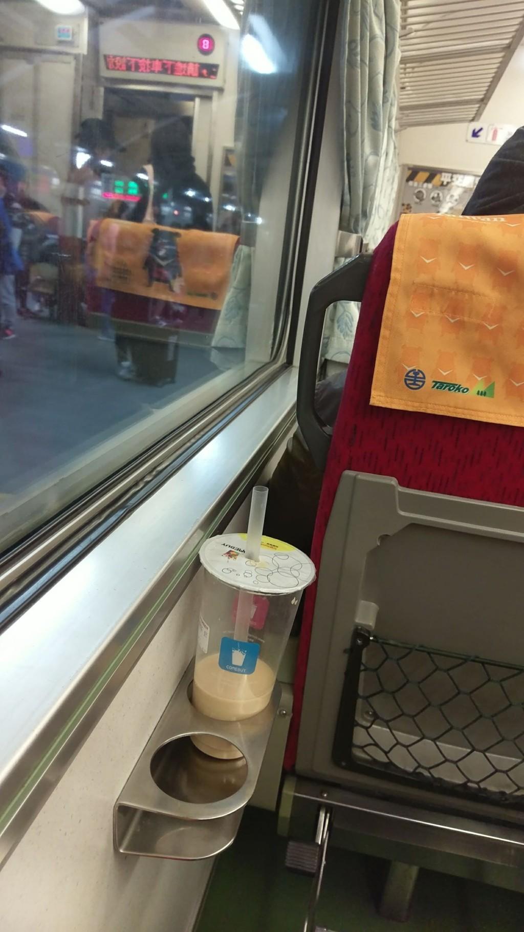 隨手拿旁邊珍奶...吸一口才驚覺「自己根本沒買」! 旁邊乘客出聲讓她糗爆