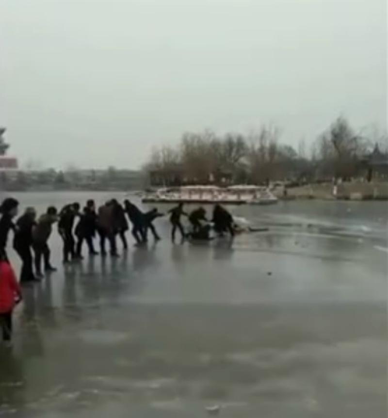寒冬中最暖!中國母子3人不慎掉進冰湖,10多名遊客「搭愛心人鏈救人」畫面驚險又感人!
