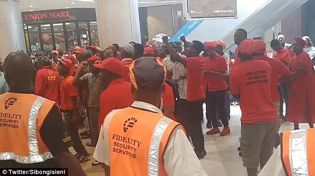 「猴子」效應持續延燒!民眾前往H&M「毀掉整間門市」強迫關門無法營業!