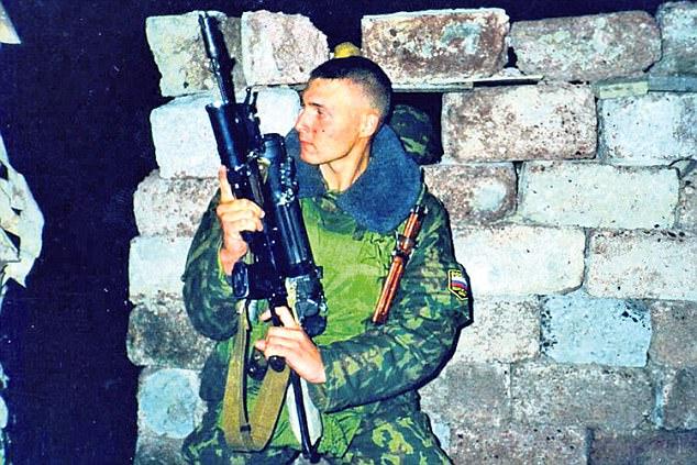 俄羅斯鋼鐵人!男子欠太多錢「自己研發鋼鐵套裝」讓討債人拿槍都打不過他!