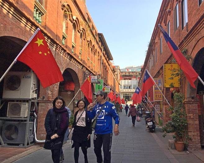 金門老街驚現「紅海」!台灣國旗 VS 五星旗對掛「一邊一國」里長:動機很單純