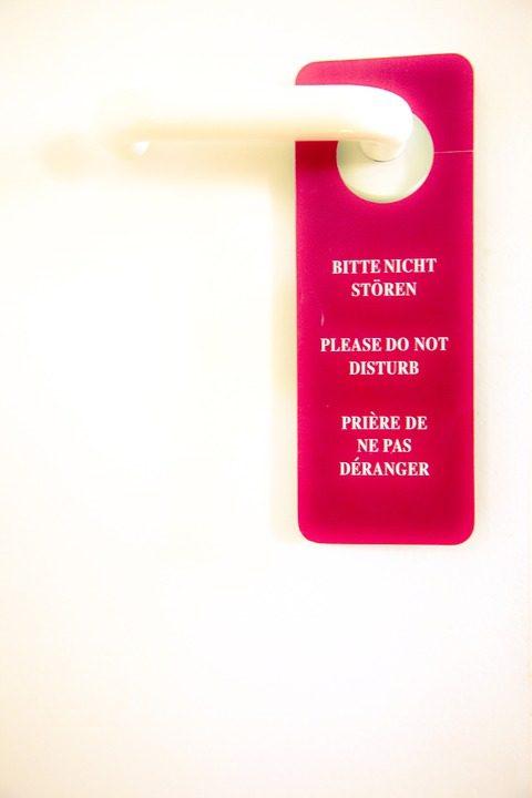 很多飯店將取消「請勿打擾」掛牌,房務人員可隨時進出!這樣反而更安全