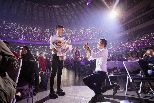 蔡健雅攜手蕭敬騰「攻蛋開唱」,西裝帥哥突站起來大喊:我要跟我男友求婚!(影片)