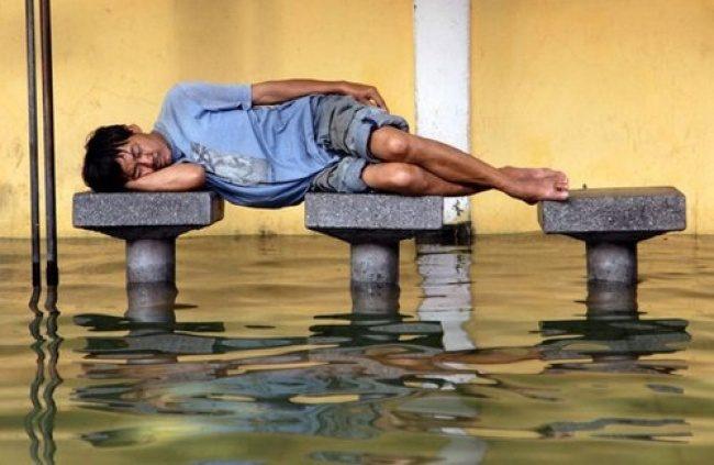 25個睡覺姿勢扯到應該被逮捕的「睡覺狂人」